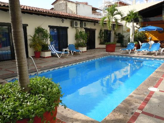Vallarta Sun Suites & Hotel : Lower rooms and pool