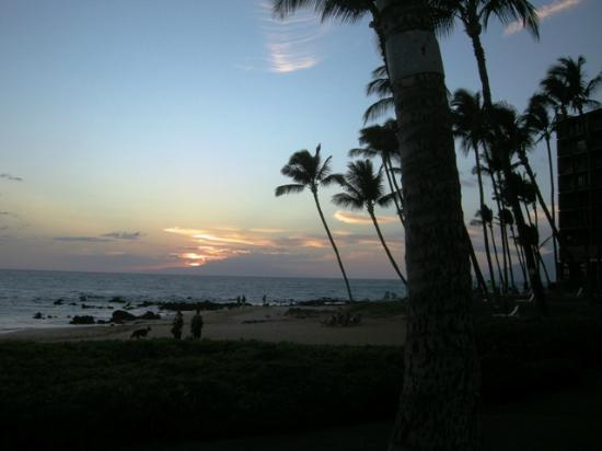 Days Inn Maui Oceanfront : Photo taken right in front of the hotel
