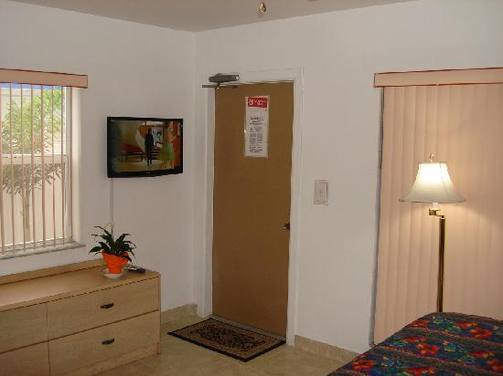 "Horizon By The Sea Inn: Studio Room 32"" LED TV with cable TV"