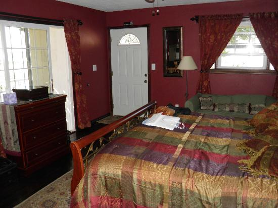Holiday Lodge on Canyon Lake: Bed / Front Door / Patio Door / Front window