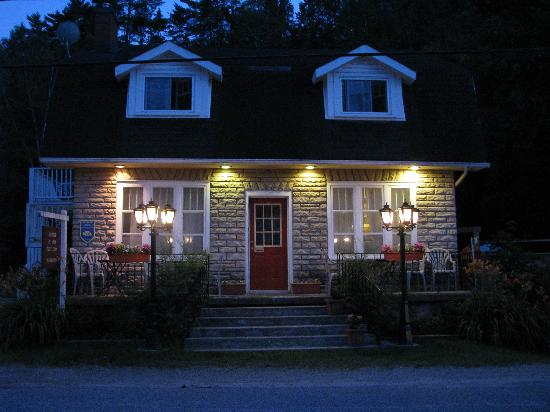 Auberge de Mon Petit Chum B&B: Our BnB at night time!