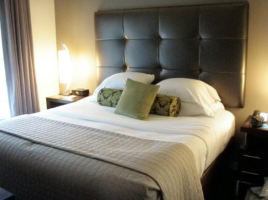 HYATT house Richmond-West: Comfy King Bed