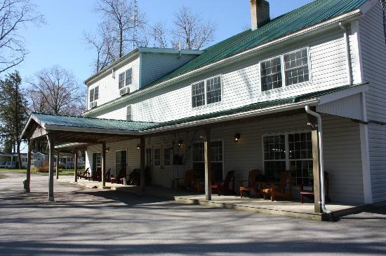 Timber House Country Inn &amp; Resort: Front Entrance