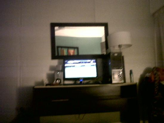 Ker Urquiza Hotel &amp; Suites: computadora / TV en el cuarto