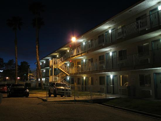 Motel 6 Twentynine Palms: the motel by night