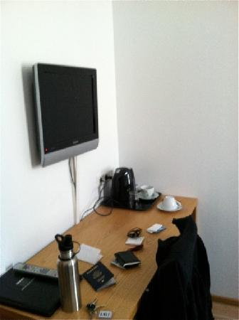 4th Floor Hotel: TV, desk & Coffee Maker in room