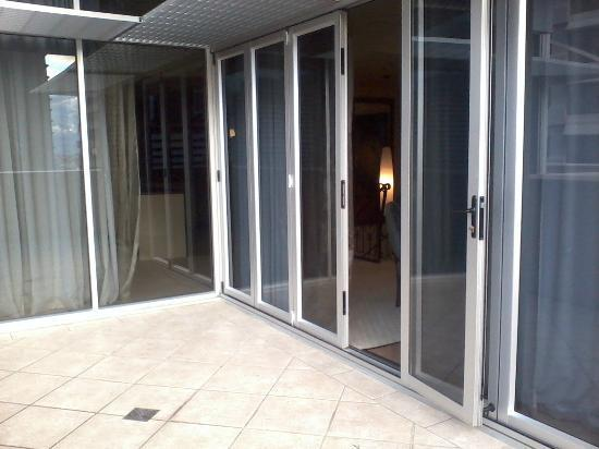 Macarthur Chambers Apartment Hotel: concertina doors on patio