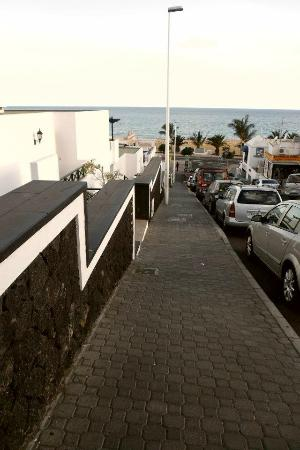 Apartamentos La Morana: The hill down to the beachfront