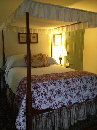 Thomas Shepherd Inn: The queen canopy bed in Room 6