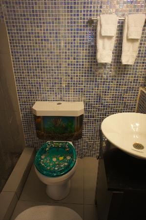 Coqui del Mar: Bathroom - yes there are fish in there.