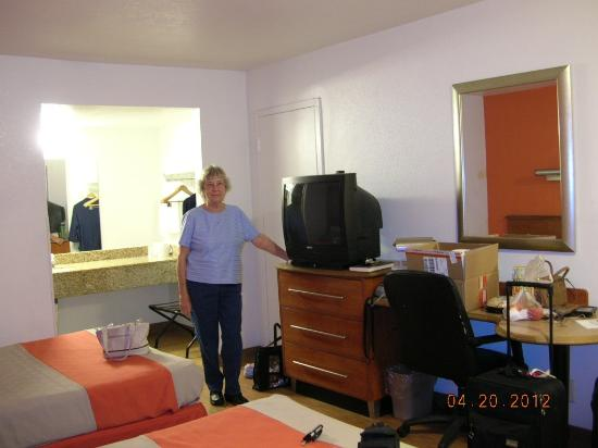 Motel 6 - Amarillo Airport: No clock, coffee maker, very basic
