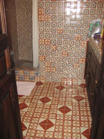 Casa Felipe Flores: Beautiful tiled bathroom with hot shower