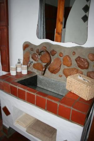 Old Thatch Lodge: The unique and gorgeous bathroom sink
