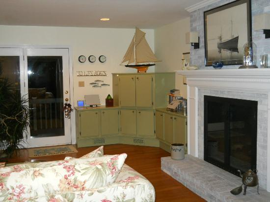 High Pointe Inn: Here&#39;s a view of the living room.
