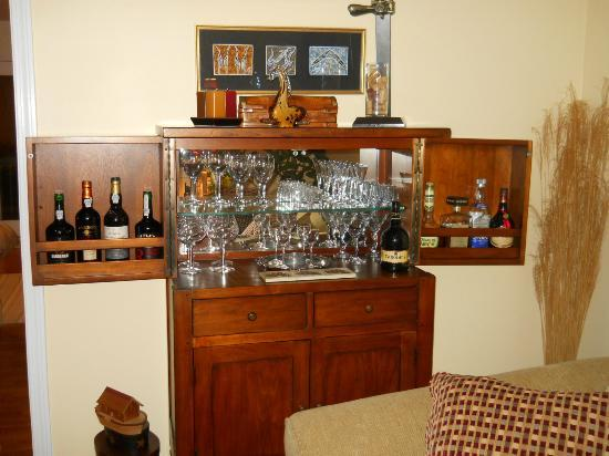High Pointe Inn: Here's the apperitif bar for guests.