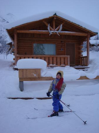 Sheep Mountain Lodge: Cabin with skier out front