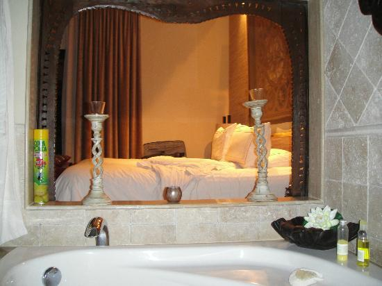 Royal Garden Villas : the bed from the tub