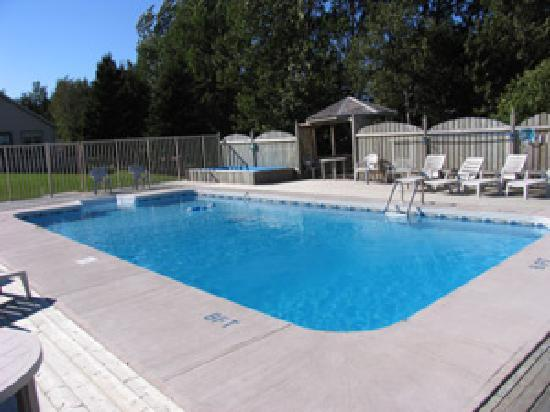 Fairways Cottages: Warm outdoor pool and kiddies wading pool