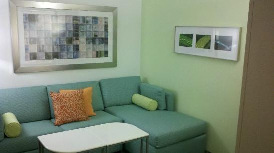 SpringHill Suites Houston The Woodlands: Well defined seating area in front of room; nice colors