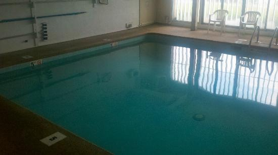 Sea Side Hotel: Pool is dirty.  I wouldn't swin in there...I am afraid I might get a rash