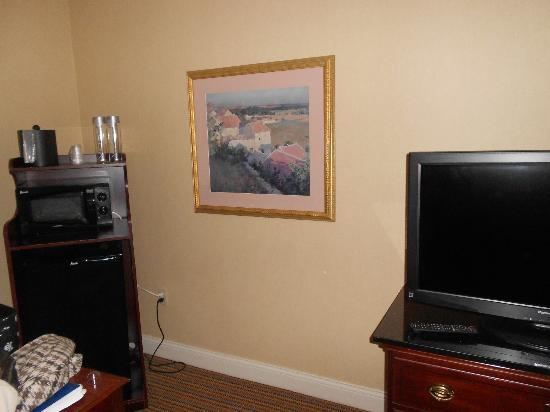 The Beverly Heritage Hotel: Microwave and TV