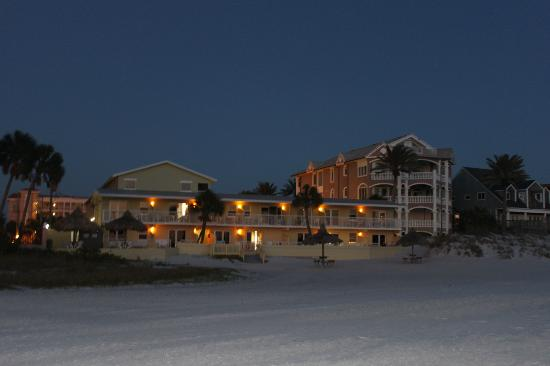Hideaway Sands Resort: Hideaway Sands at night