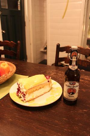 Norton North Ranch Cottages: The owner brought me some yummy cake and beer