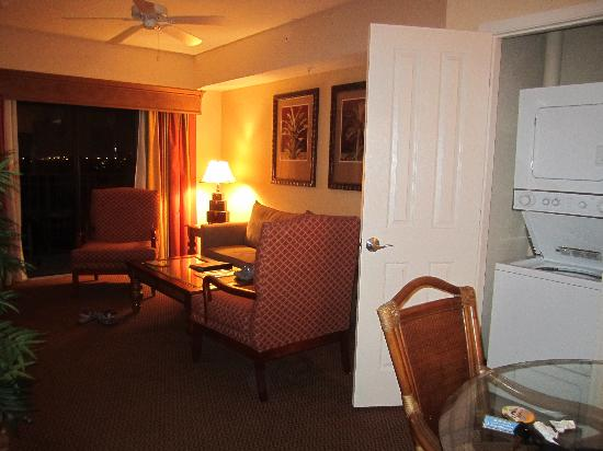 Floridays Resort Orlando: Living room (with washer/dryer)