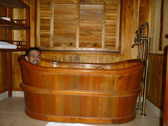 Long Beach Resort Phu Quoc: The deep wooden bath