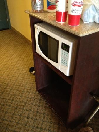 Country Inn & Suites Newport News South: missing fridge!