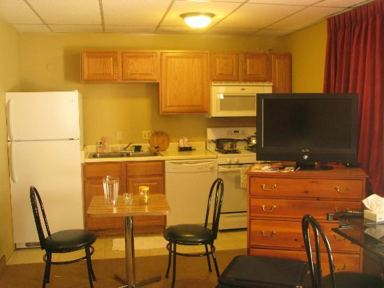 Boulder Twin Lakes Inn : Room with attached kitchen