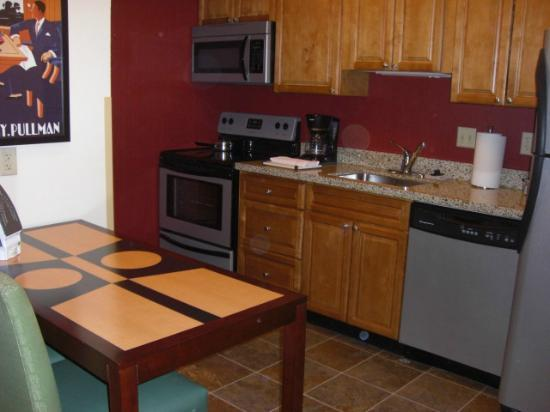 Residence Inn Omaha: Kitchen