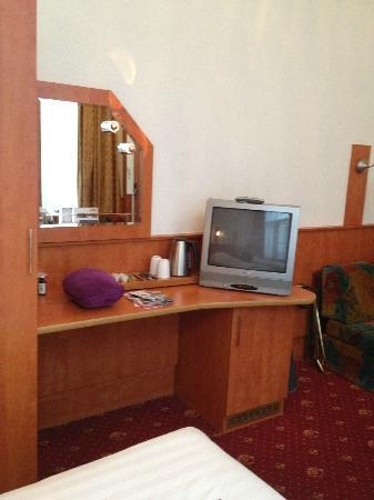 Hotel Multatuli: Twin room tv area