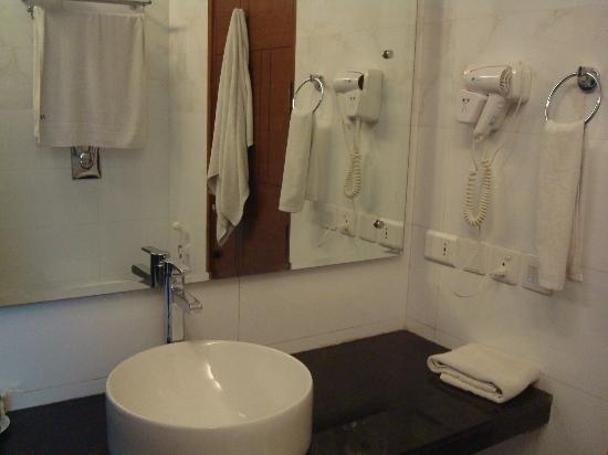 Alpina Hotels & Suites: bathroom