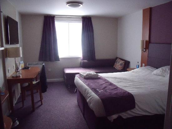 Premier Inn Blackpool - Bispham: Spacious bedroom with sofa bed