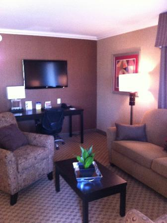 BEST WESTERN PLUS InnSuites Yuma Mall Hotel & Suites: Large flatscreen in the living room