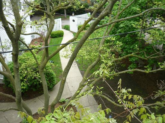 Chesny&#39;s Keswick Manor: View of the walkway from the upper deck off the large bedroom.