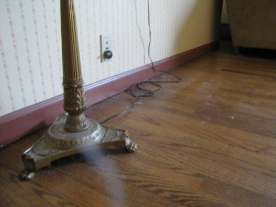 Wildwoods Inn Hershey Road: Living room floor dust