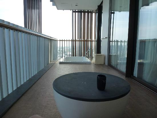 Hilton Pattaya: The Huge Balcony with the bath-tub