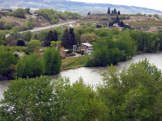 Warm Springs Inn: View of inn from across the river
