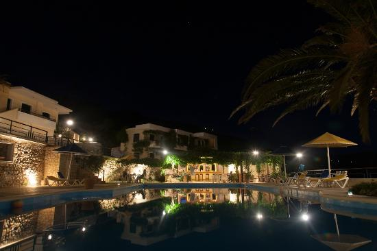 Pela Mare Hotel: Pool and bar