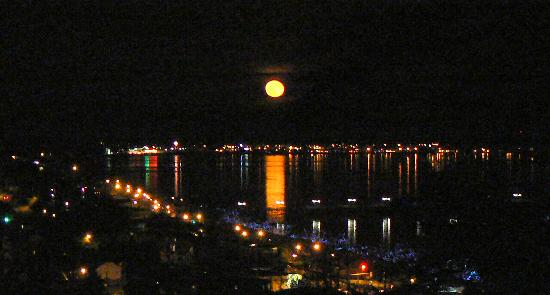 Sea View Vacation Hideaway: Full moon over Semiahmoo Bay