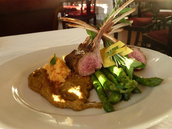 The White House Inn: Lamb, with lentils and asparagus. Perfect!