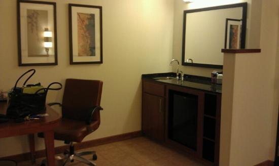 Hyatt Place Sterling/Dulles Airport-North: Wet bar and desk area