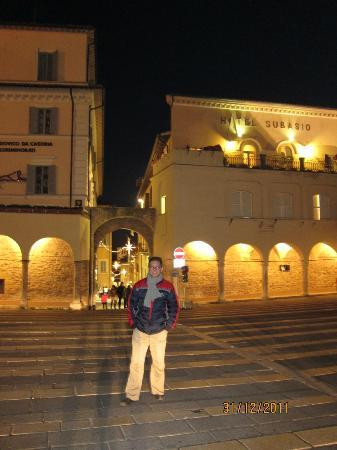 Hotel Subasio: the hotel in the background, standing in the St Francis chapel square