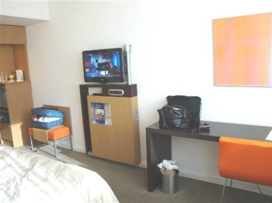 Novotel Muenchen Airport: Nice TV & working space