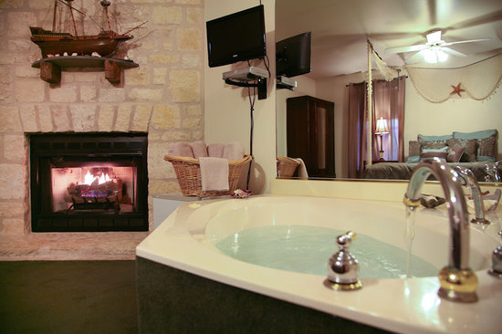 Full Moon Inn: Coral room tub and fireplace