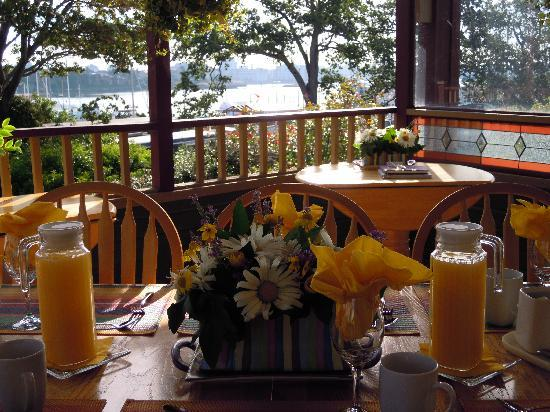 Across the Harbour Bed and Breakfast: Breakfast Room with View of Harbour