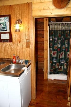 Caribou Crossing Cabins: Bathroom entry