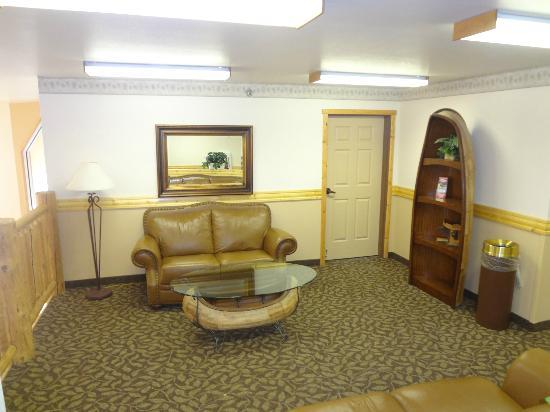 La Quinta Inn &amp; Suites Kalispell: sitting area off hallway